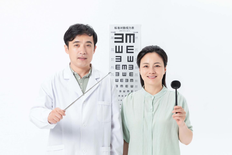 Nên khám mắt bởi các chuyên gia mắt, bằng máy đo trước khi cắt kính
